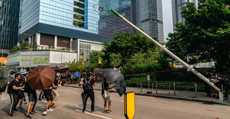 Protesters in Hong Kong dismantling CCTV-added street lamp over security worries. NOT anything to do with 5G furore, falsely linked to Covid-19. Therefore Coronavirus fake news images.
